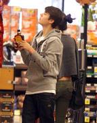 th 86225 Gomezlq4 123 14lo Selena Gomez   grocery shopping in Encino 01/14/12