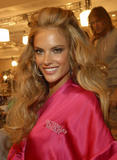 th_96623_fashiongallery_VSShow08_Backstage_AlessandraAmbrosio-25_122_82lo.jpg